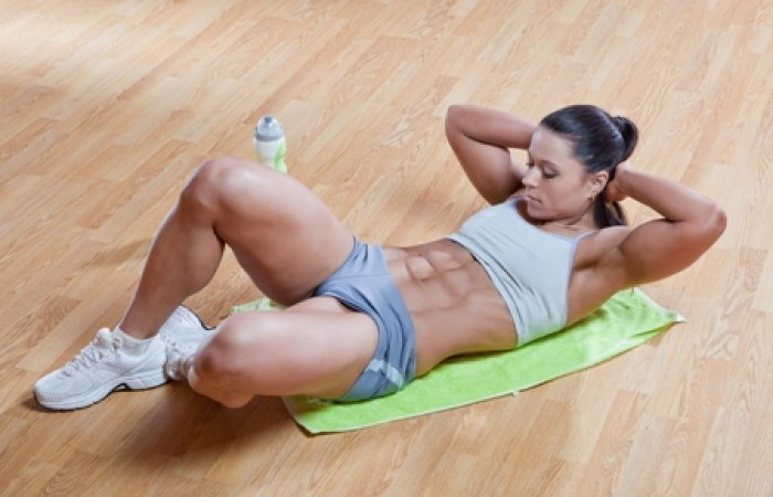 female bodybuilder doing crunches