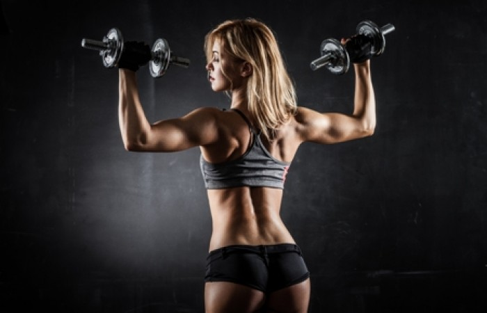 woman doing shoulder presses