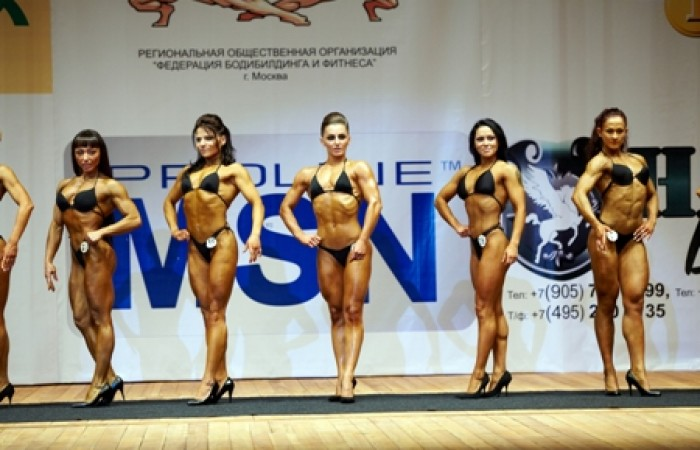 figure competitors doing front pose