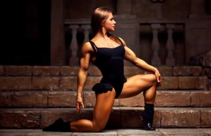 figure competitor doing lunges