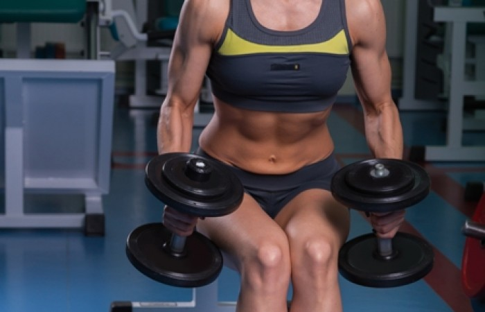 fit woman doing hammer curls
