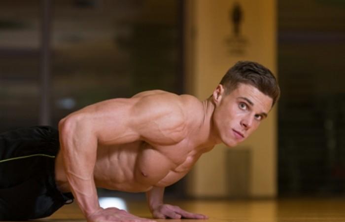 bodybuilder overtraining in gym