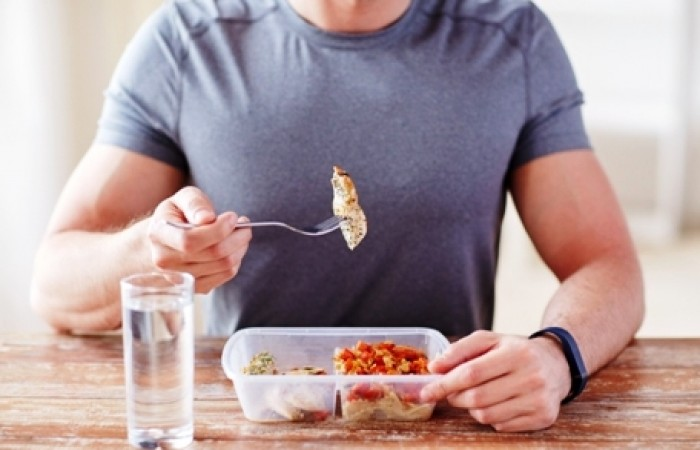 bodybuiilder eating meal