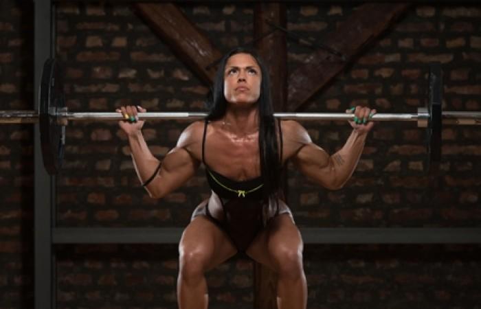 female bodybuilder squatting